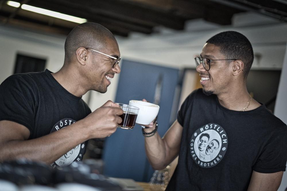 Die Geschichte von https://cdn.sensaterra.com/artisans/rostlich-coffee-brothers-story-picture-a8d10030-388f-7565-574b-08d8e3d843f9.jpeg
